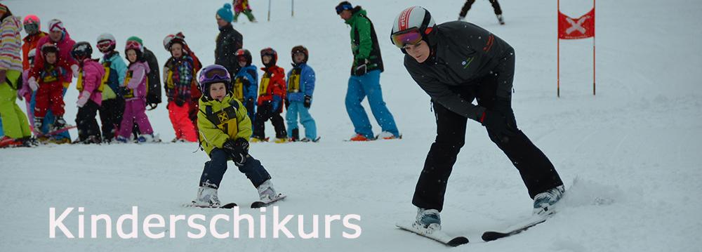 Kinder lernen Schifahren in der Gruppe